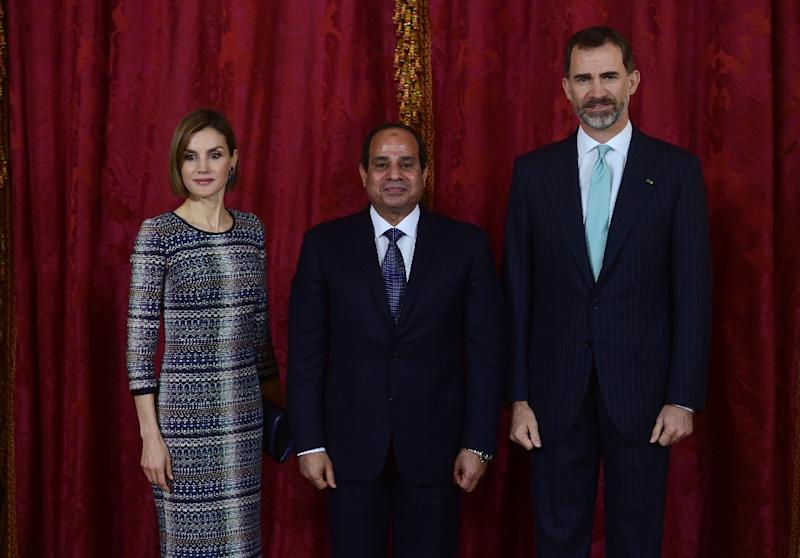 Spain's King Felipe VI (right) and his wife Queen Letizia with Abdel Fattah al-Sisi at the Royal palace in Madrid on April 30, 2015 (AFP Photo/Pierre-Philippe Marcou)