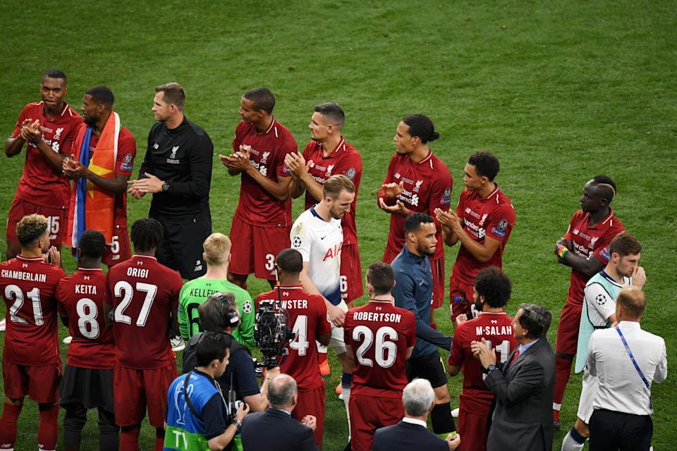 Tottenham Hotspur players, lead by Harry Kane, are applauded by Liverpool players. (Photo by David Ramos/Getty Images)