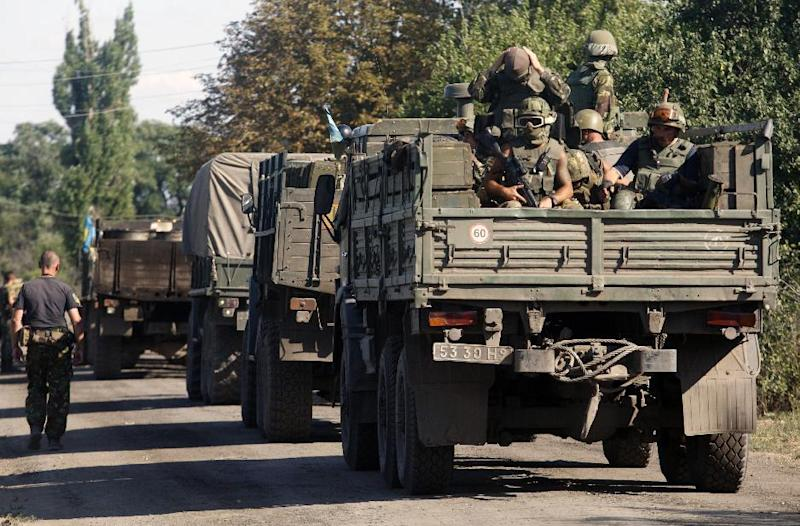 Ukrainian troops arrive to take position near the eastern city of Lugansk on August 20, 2014 (AFP Photo/Anatolii Stepanov)