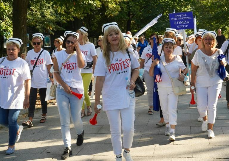 Nurses, doctors and paramedics held a minute's silence outside the presidential palace in Warsaw in memory of the 500 medics killed during the pandemic (AFP/JANEK SKARZYNSKI)