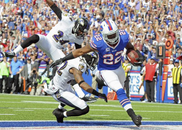 Buffalo Bills running back Fred Jackson (R) runs into the end zone for a touchdown past Baltimore Ravens cornerback Corey Graham (L) and Jimmy Smith during the second quarter of their NFL football game in Orchard Park, New York September 29, 2013. REUTERS/Don Heupel (UNITED STATES - Tags: SPORT FOOTBALL)