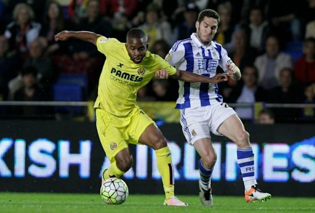 Villarreal's Congolese forward Cedric Bakambu (L) vies with Real Sociedad's Mexican defender Diego Reyes during the Spanish League football match at El Madrigal stadium in Villareal on April 24, 2016