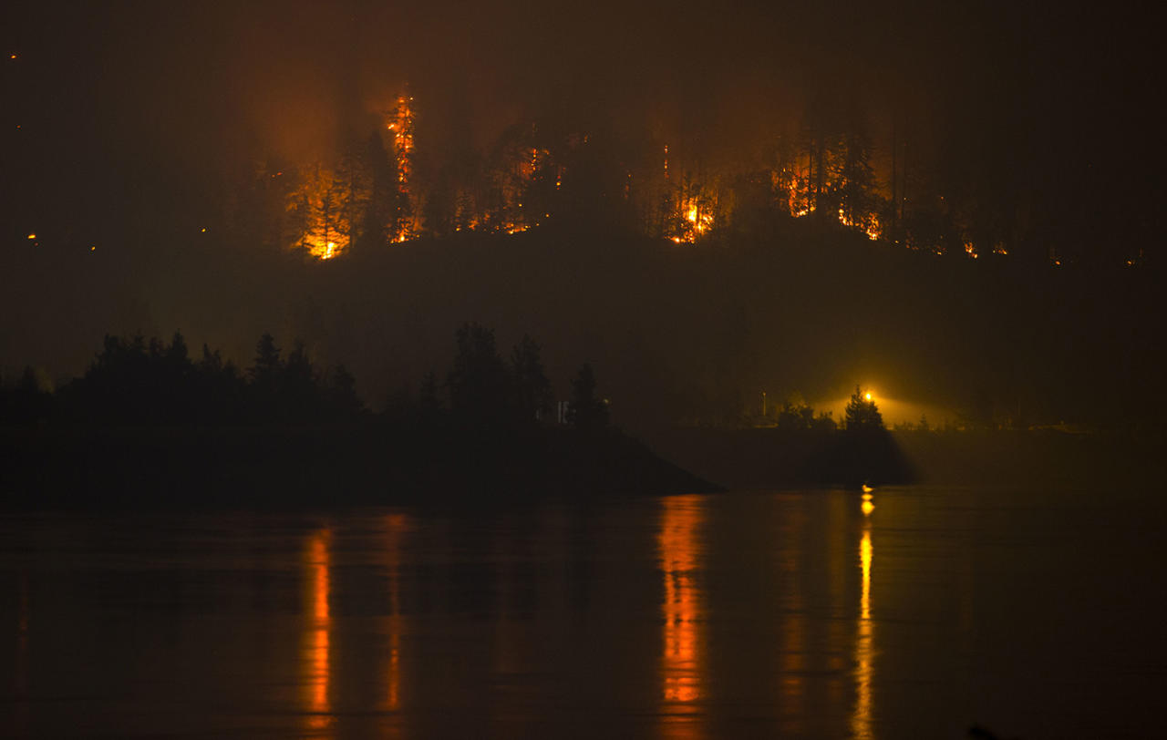 <p>Flames are visible from the Washington side of the Columbia River above the Bonneville Dam in North Bonneville, Wash., as a wildfire moves west, on Sept. 6, 2017. (Photo: Chris Pietsch/The Register-Guard via AP) </p>