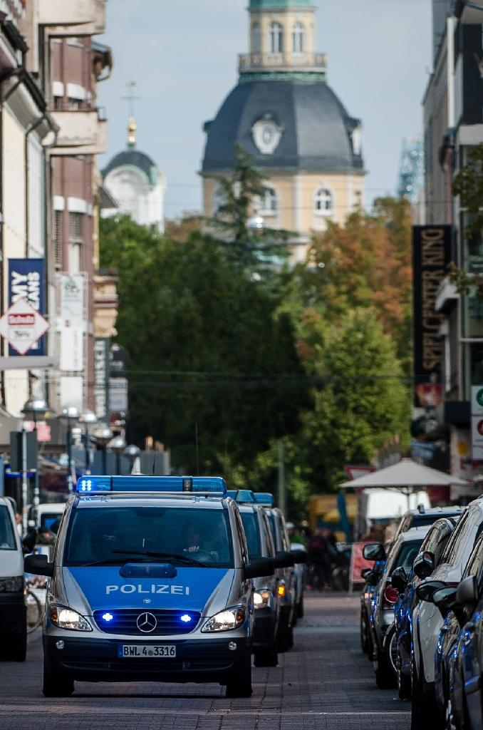A convey of police cars with suspected right-wing terrorists arrive at court in Karlsruhe, southwestern Germany, on October 1, 2018 (AFP Photo/Christoph Schmidt)