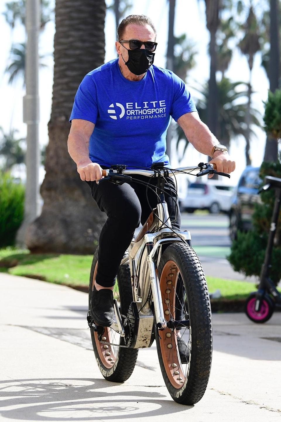 <p>Arnold Schwarzenegger was spotted wearing a face mask and riding his bicycle in Santa Monica, California.</p>