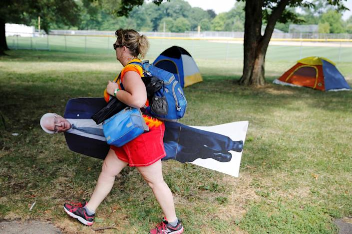<p><b><br></b>A woman carries a cutout of Bernie Sanders past tents in Franklin D. Roosevelt park on the first day of the Democratic National Convention in Philadelphia, Pennsylvania, U.S., July 25, 2016. (Photo: Dominick Reuter/Reuters)</p>