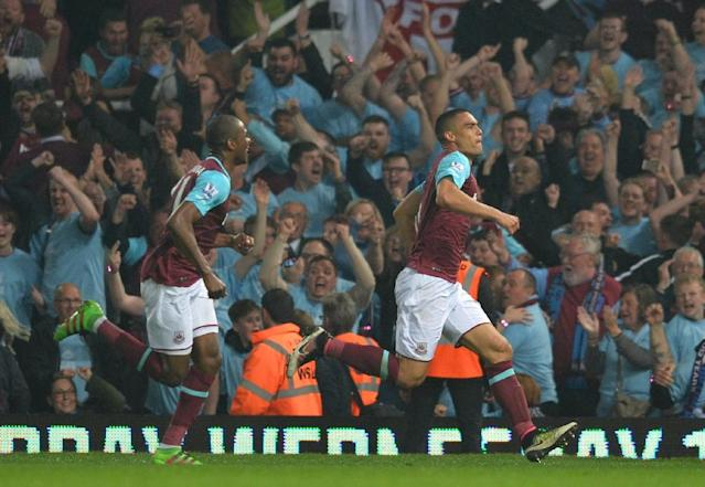 West Ham United's defender Winston Reid (R) celebrates after scoring the winning goal during the English Premier League football match between West Ham United and Manchester United in Upton Park, in east London on May 10, 2016 (AFP Photo/Glyn Kirk)