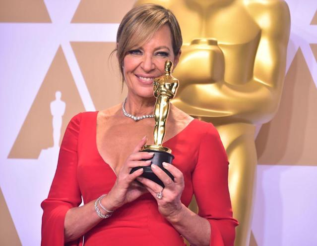 Allison Janney holds up her Oscar during the 90th Academy Awards in Hollywood. (Photo: Frederic J. Brown/AFP/Getty Images)