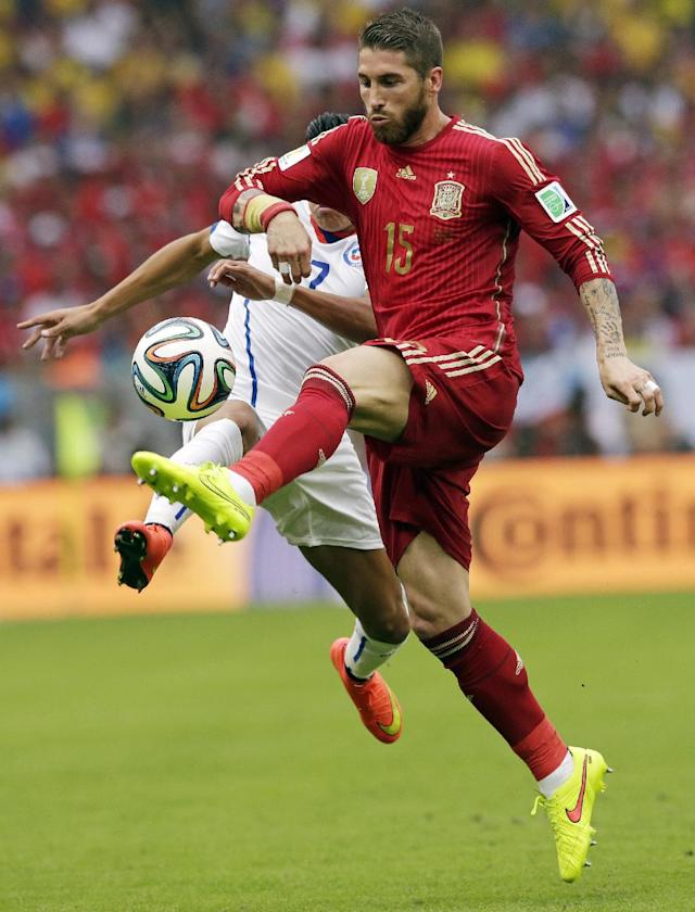 Spain's Sergio Ramos, right, is challenged by Chile's Alexis Sanchez during the group B World Cup soccer match between Spain and Chile at the Maracana Stadium in Rio de Janeiro, Brazil, Wednesday, June 18, 2014
