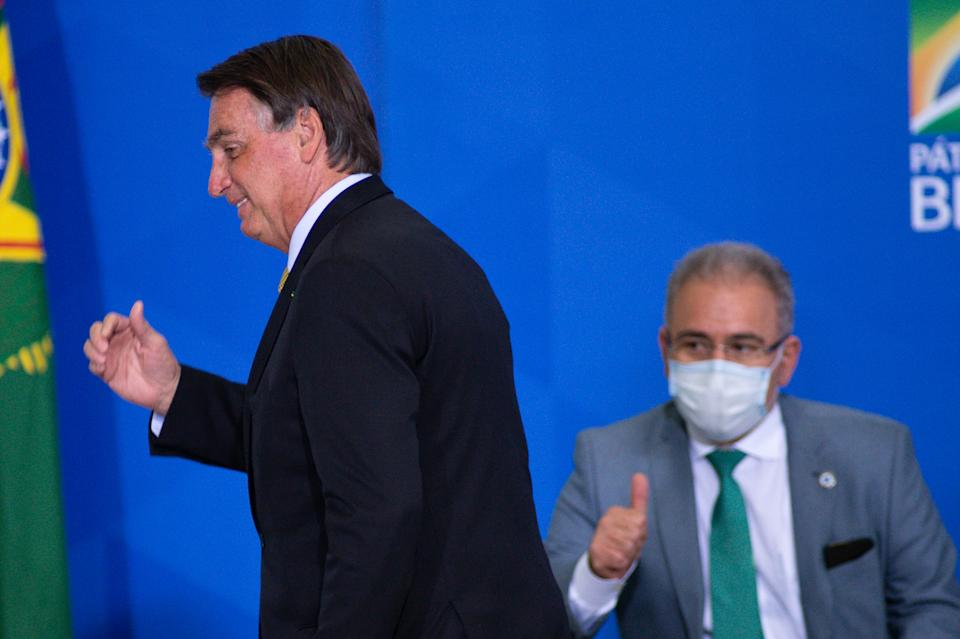 BRASILIA, BRAZIL - JUNE 29: President of Brazil Jair Bolsonaro andHealth Minister, Marcelo Queiroga during an event to launch a new register for professional workers of the fish industry at Planalto Government Palace on June 29, 2021 in Brasilia, Brazil. Health Minister, Marcelo Queiroga,announced after the event and in conversation with journalists, that the contract with the Covaxin vaccine is suspended. (Photo by Andressa Anholete/Getty Images)