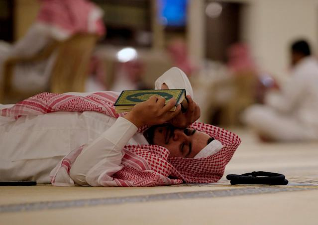 <p>A man rests as he reads the Quran in a mosque during Ramadan in Riyadh, Saudi Arabia, May 29, 2017. (Faisal Al Nasser/Reuters) </p>