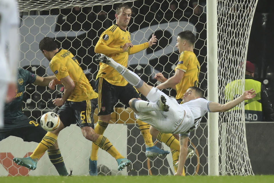 Vitoria's Bruno Duarte, right, scores his side's first goal during the Europa League group F soccer match between Vitoria SC and Arsenal at the D. Afonso Henriques stadium in Guimaraes, Portugal, Wednesday, Nov. 6, 2019. (AP Photo/Luis Vieira)