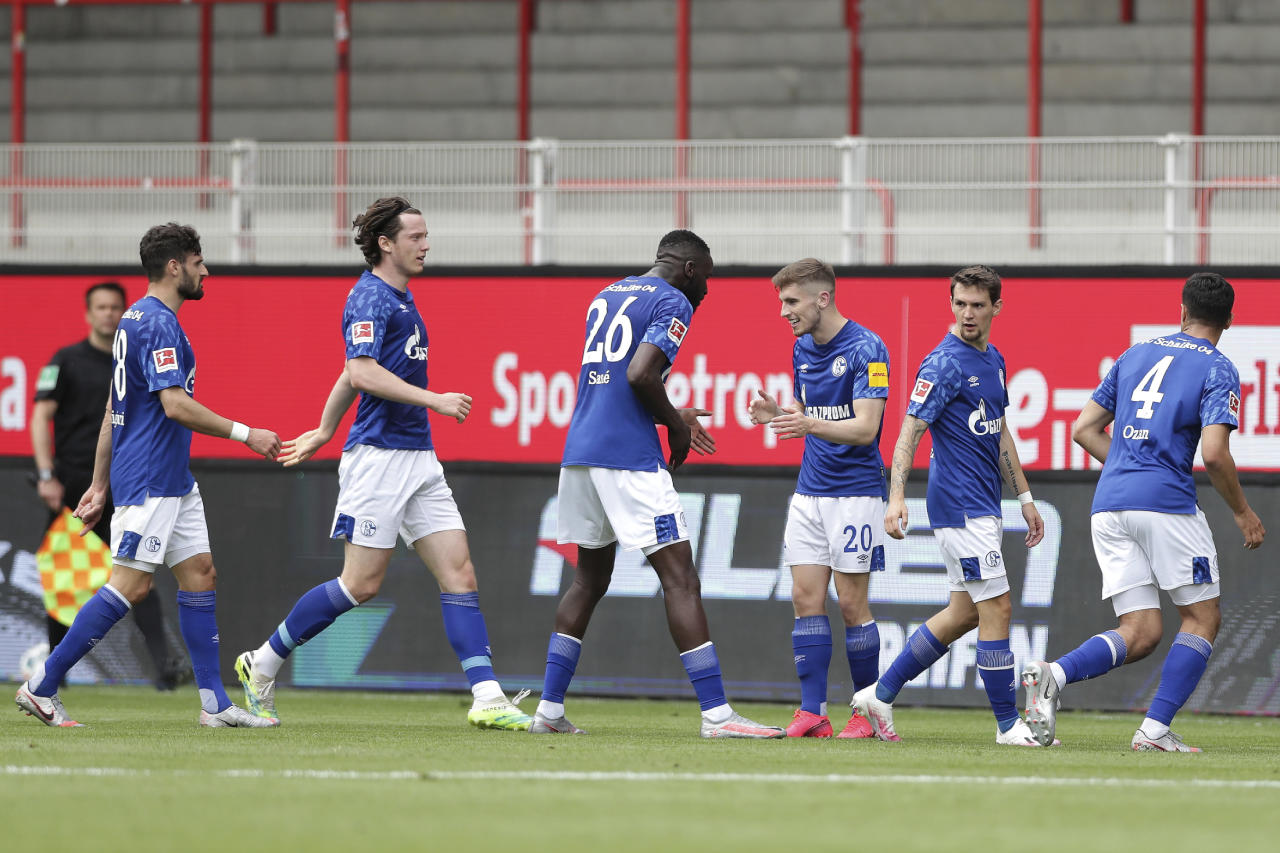 BERLIN, GERMANY - JUNE 07: Schalke's Jonjoe Kenny, third right, celebrates after scoring his side's first goal during the Bundesliga match between 1. FC Union Berlin and FC Schalke 04 at Stadion An der Alten Foersterei on June 7, 2020 in Berlin, Germany. (Photo by Michael Sohn/Pool via Getty Images)