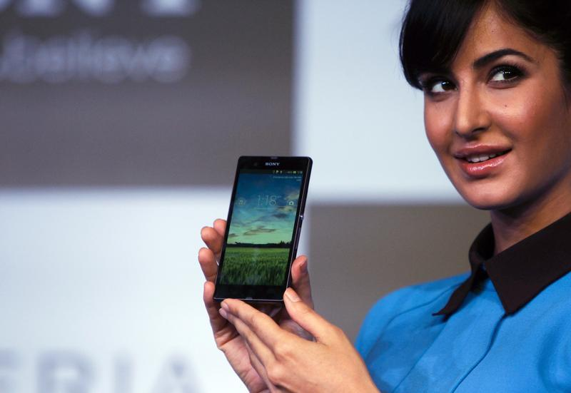 Bollywood actress Katrina Kaif displays the Sony Xperia Z high-end smartphone during its launch in New Delhi March 6, 2013. REUTERS/Mansi Thapliyal
