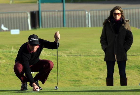 CARNOUSTIE, SCOTLAND - OCTOBER 05:  Elizabeth Hurley of England the actress watching her fiancee the Australian Cricketer Shane Warne miss a birdie putt on the final hole during the second round of the Alfred Dunhill Links Championship on the Championship Links at Carnoustie on October 5, 2012 in Carnoustie, Scotland.  (Photo by David Cannon/Getty Images)