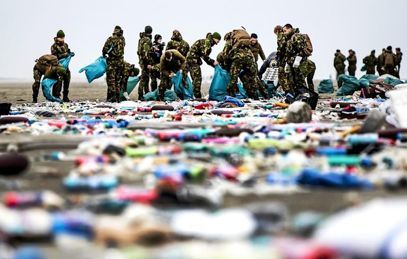 Some hundred soldiers landed at dawn on the island of Schiermonnikoog to take part in the clean-up (AFP Photo/Remko de Waal)