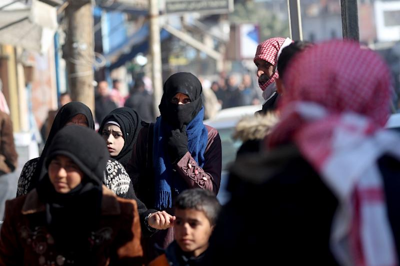 Syrian people walk the streets in the northern town of Manbij, controlled by Kurdish-dominated Syrian Democratic Forces (SDF), on December 29, 2018 (AFP Photo/Delil SOULEIMAN)