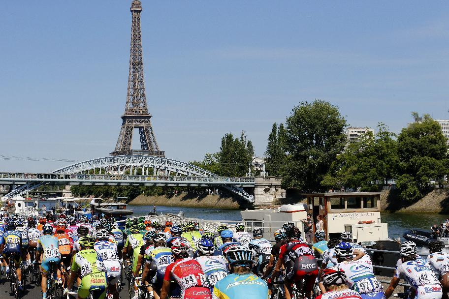 The pack rides towards the Eiffel Tower in Paris on the last stage of the 2012 Tour de France (AFP Photo/Joel Saget)