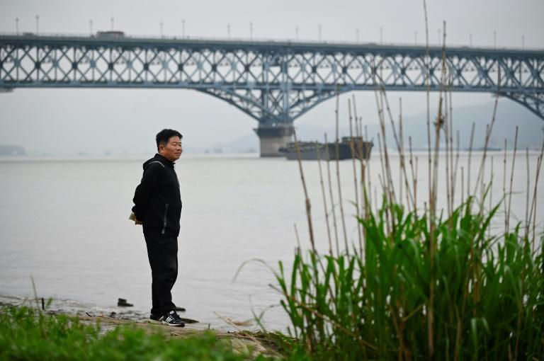 Chen Si has wandered the Nanjing Bridge every weekend for 18 years to talk to those thinking of taking their own lives