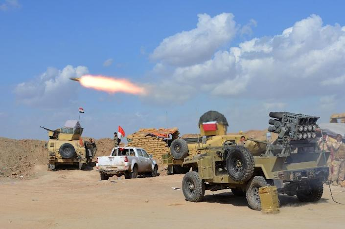 Iraqi forces and allied militias fire rockets from a position in the northern part of Diyala province as they take part in an assault to retake the city of Tikrit from jihadists of the Islamic State (IS) group on March 2, 2015 (AFP Photo/Younis Al-Bayati)