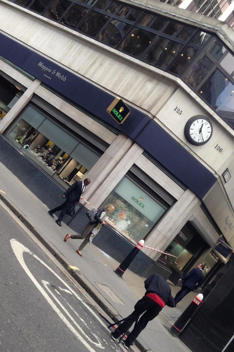 A police cordon outside Mappin & Webb on Fenchurch Street after the attempted burglary (@shelleyshovel)