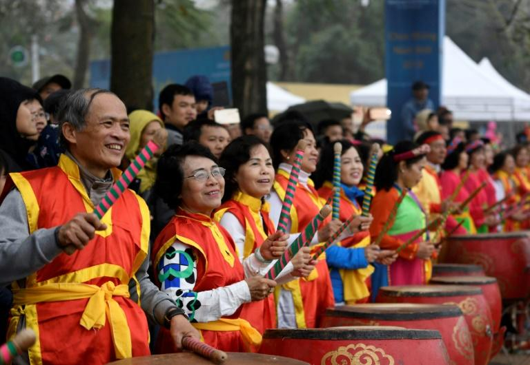 Huge crowds cheered as 400 men and women, split into 27 teams, battled cold winds and paddled across a 600-metre course on Hanoi's West lake