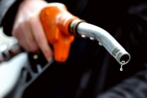 Oil prices dive on US stockpiles build, Fed