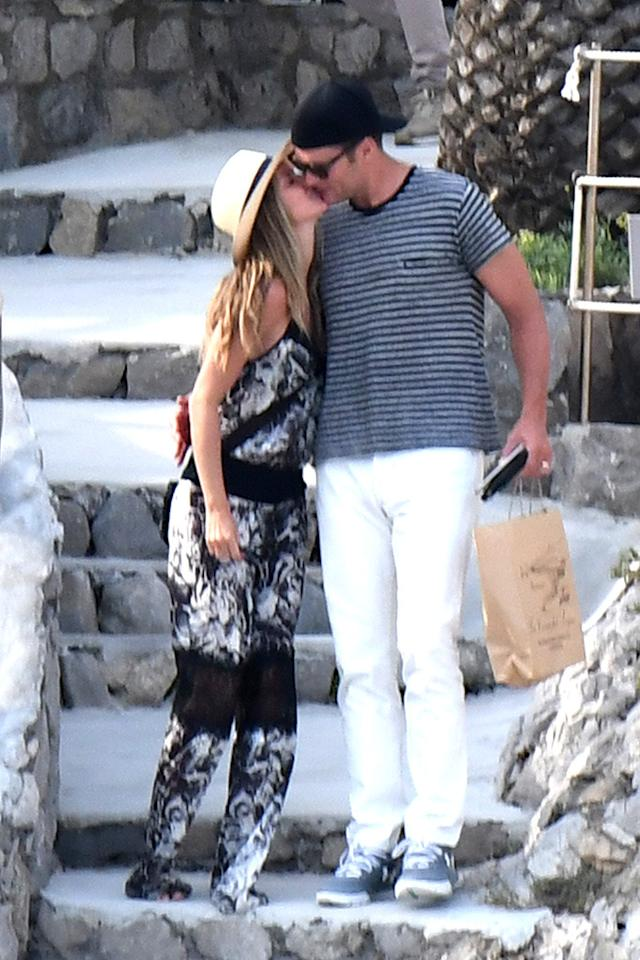 <p>The New England Patriots quarterback and his Brazilian supermodel wife of seven years know that smooching while sightseeing is a must. (Photo: AKM-GSI) </p>