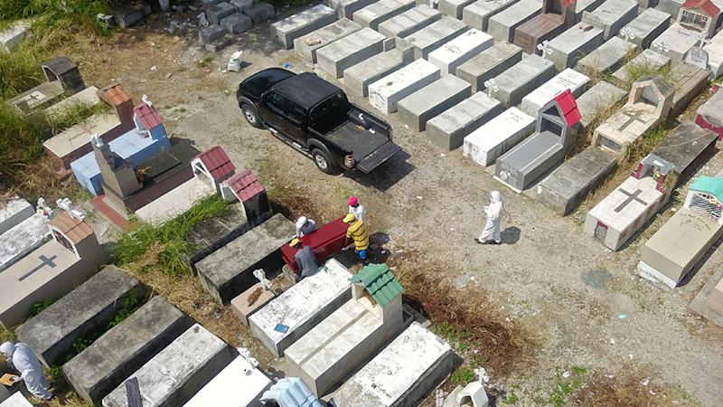 Workers are seen burying a coffin at Maria Canals cemetery in the outskirts of Guayaquil, Ecuador, on April 12, amid the new coronavirus outbreak. Source: Getty