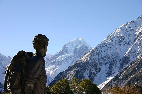 800px-Hillary_statue_and_Mount_Cook.jpg