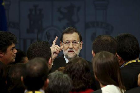 Spanish Prime Minister Mariano Rajoy talks to reporters after a news conference at Moncloa palace in Madrid, Spain, November 11, 2015. REUTERS/Andrea Comas