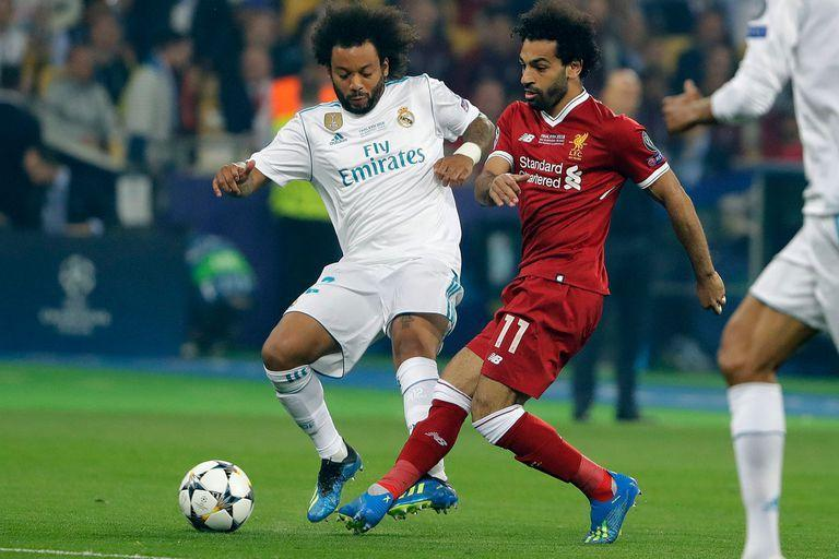 Marcelo (Real Madrid) disputa el balón con Salah (Liverpool)