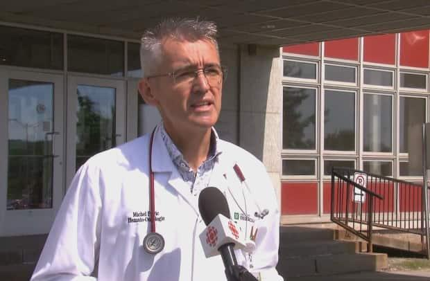 Oncologis Dr. Michel Pavic is one of 15 doctors who are asking the Health Ministry to tighten regulations surrounding testing of medical staff who choose not to get vaccinated against COVID-19. (Radio-Canada - image credit)