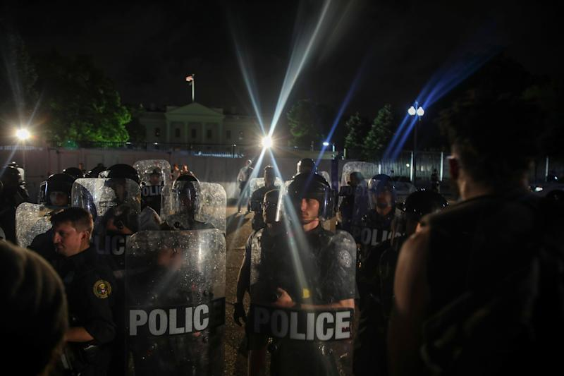<strong>Police work to keep demonstrators back during a protest in Lafayette Square Park near the White House on May 29.</strong> (Photo: Tasos Katopodis via Getty Images)