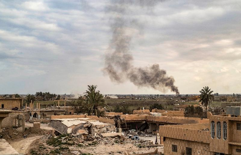 Smoke plumes billow from the remains of an Islamic State group camp near the village of Baghouz in the eastern Syrian province of Deir Ezzor (AFP Photo/Delil SOULEIMAN)