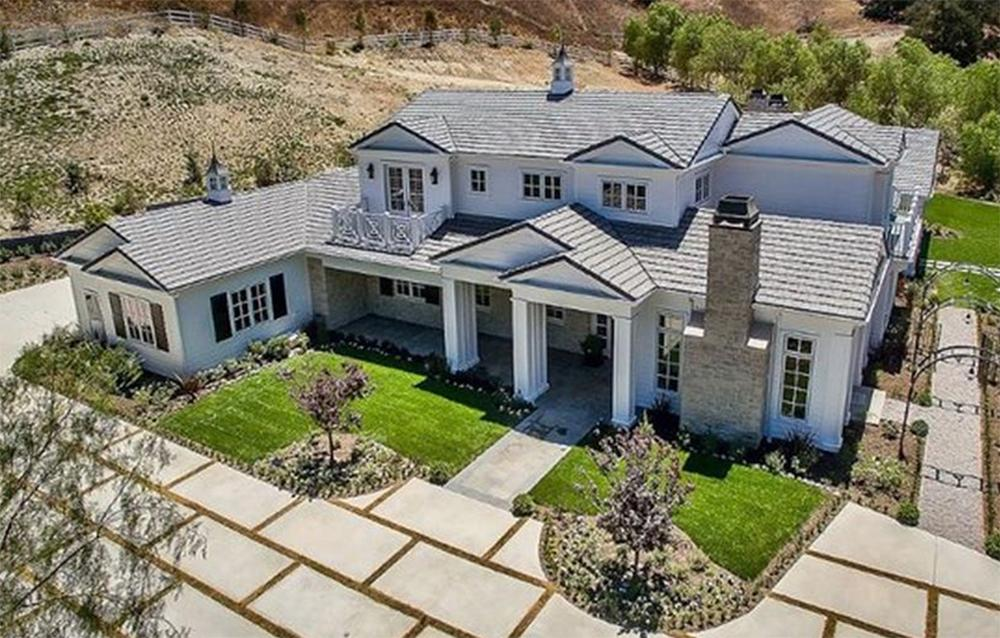 <p>The property is over 7,000 square feet, with six bedrooms and two bathrooms. Photo: zillow.com/Berkshire Hathaway HomeServices </p>