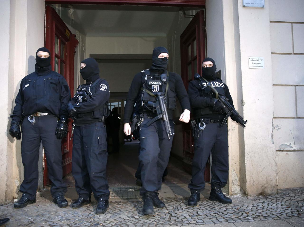 German special police units stand in front of an entrance of an apartment building in the Wedding district in Berlin January 16, 2015. Around 250 policemen took part in the raid and arrested two suspected Islamists, police said. REUTERS/Fabrizio Bensch (GERMANY - Tags: CIVIL UNREST CRIME LAW POLITICS MILITARY TPX IMAGES OF THE DAY)