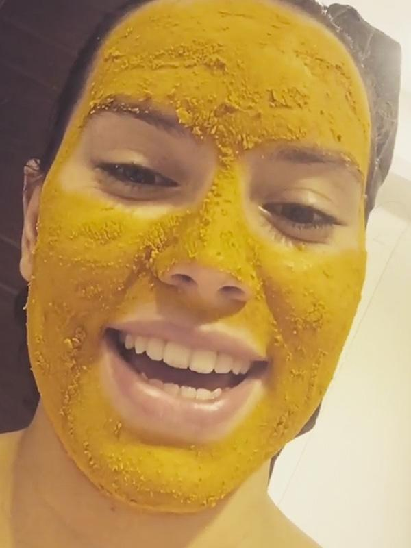 daisy ridley turns to turmeric to banish a blemish dyes face yellow