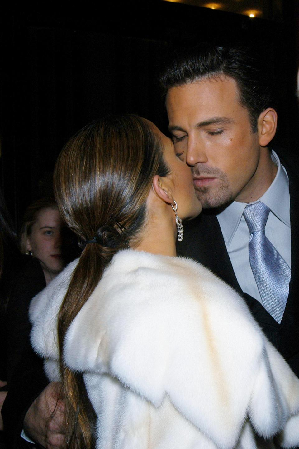 """<h1 class=""""title"""">Jennifer Lopez and Ben Affleck steal a kiss as they arrive a</h1><cite class=""""credit"""">New York Daily News Archive</cite>"""