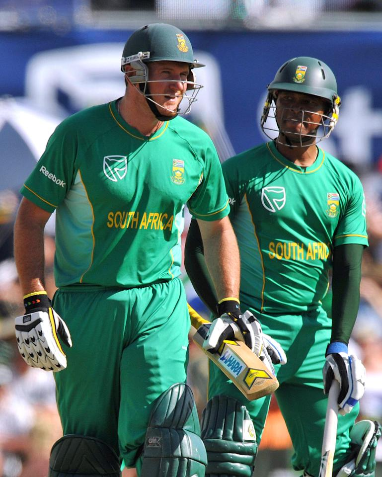 CENTURION, SOUTH AFRICA - NOVEMBER 15:  (L-R) Captain Graeme Smith and Loots Bosman of South Africa chat during the 2nd Twenty20 international match between South Africa and England at SuperSport Park Stadium on November 15, 2009 in Centurion, South Africa.  (Photo by Duif du Toit/Gallo Images/Getty Images)