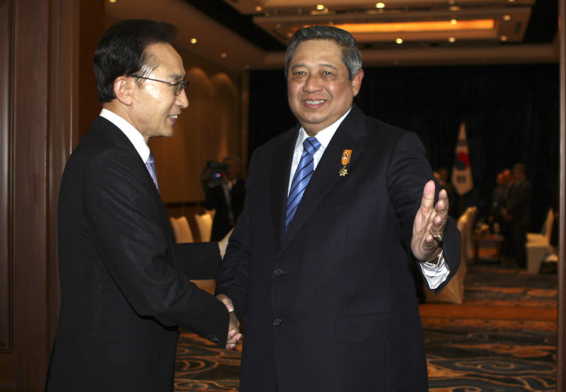 Indonesian President Susilo Bambang Yudhoyono, left, greets South Korean President Lee Myung-bak during their bilateral meeting in Nusa Dua, Bali, Indonesia, Thursday, Nov. 8, 2012. (AP Photo/Firdia Lisnawati)