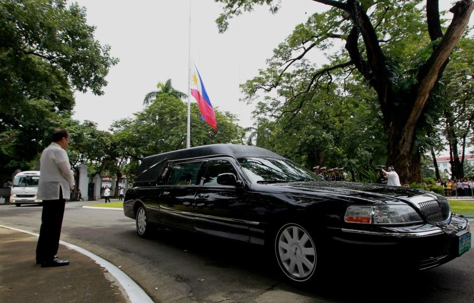 President Benigno S. Aquino III leads the arrival honor provided by the Presidential Security Group (PSG) for former Interior and Local Government Secretary Jesse Robredo at the Kalayaan Grounds, Malacanan Palace on Friday (August 24). His remains will lie in state in Kalayaan Hall, Malacanang until Sunday morning (August 26). President Aquino signed Proclamation No. 460, declaring National Days of Mourning starting August 21 to mark the death of the former DILG Chief until his interment. The national flag will be flown at half-mast from sunrise to sunset in all government buildings in the Philippines and in the country's posts abroad for a period of six days. (Photo by: Jay Morales, Malacanang Photo Bureau).