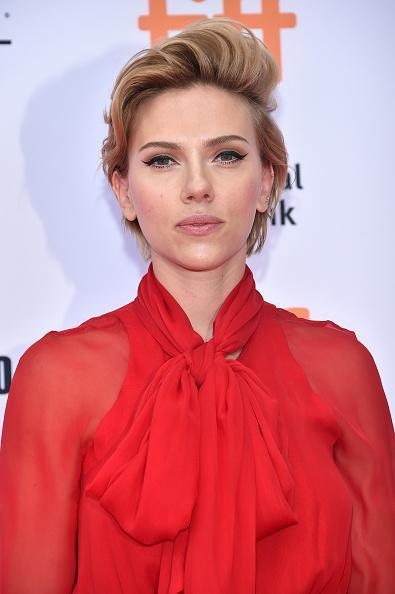 <p>Is there a hairstyle Scarlett Johanson can't pull off? She surprised us all with this statement look at the Toronto Film Festival. [<i>Photo: Getty]</i></p>