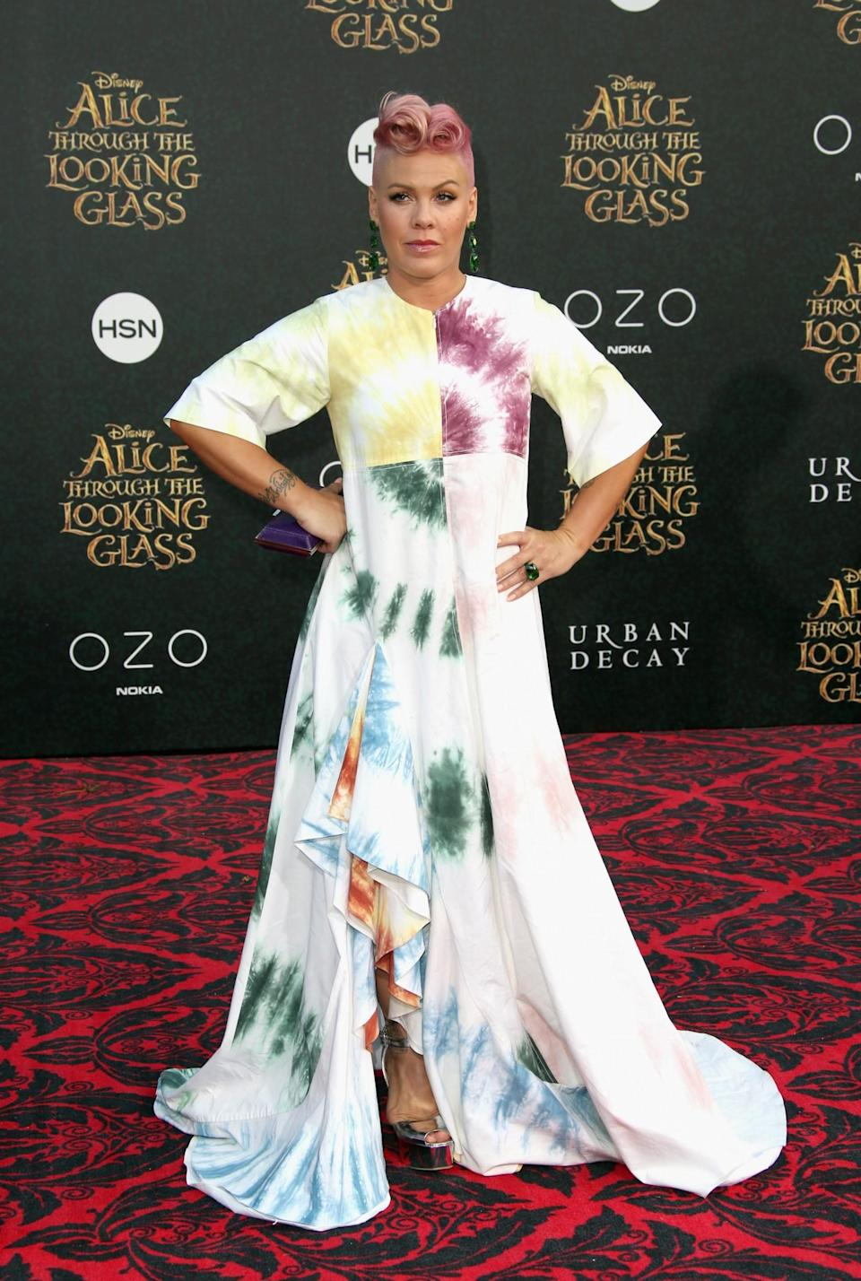 <p>Pink's tie-dye gown was playful in just the right amount. Who said mums-to-be are boring? <i>[Photo: Getty]</i> </p>