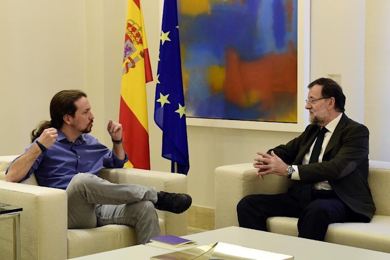 Spanish Prime Minister Mariano Rajoy (R) speaks with Podemos leader Pablo Iglesias during a meeting at the Moncloa Palace in Madrid on October 30, 2015 (AFP Photo/Javier Soriano)