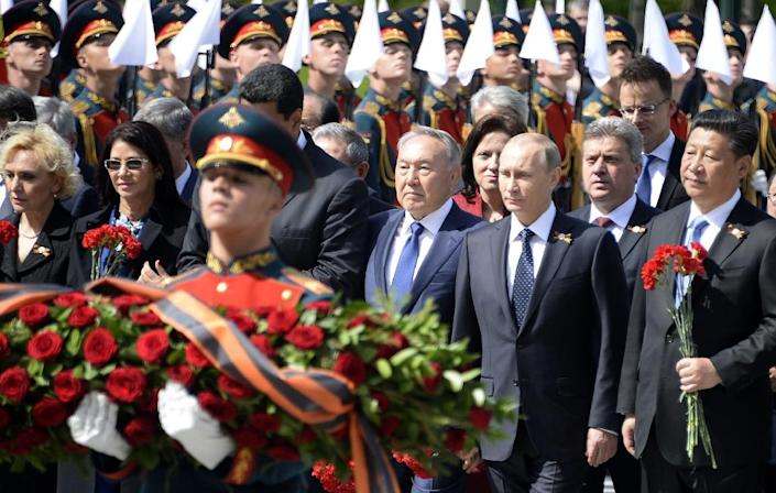 Front row from R: Chinese President Xi Jinping, Russian President Vladimir Putin and Kazakh President Nursultan Nazarbayev take part in a wreath laying ceremony at the Tomb of the Unknown Soldier by the Kremlin Wall in Moscow on May 9, 2015 (AFP Photo/Alexander Nemenov)