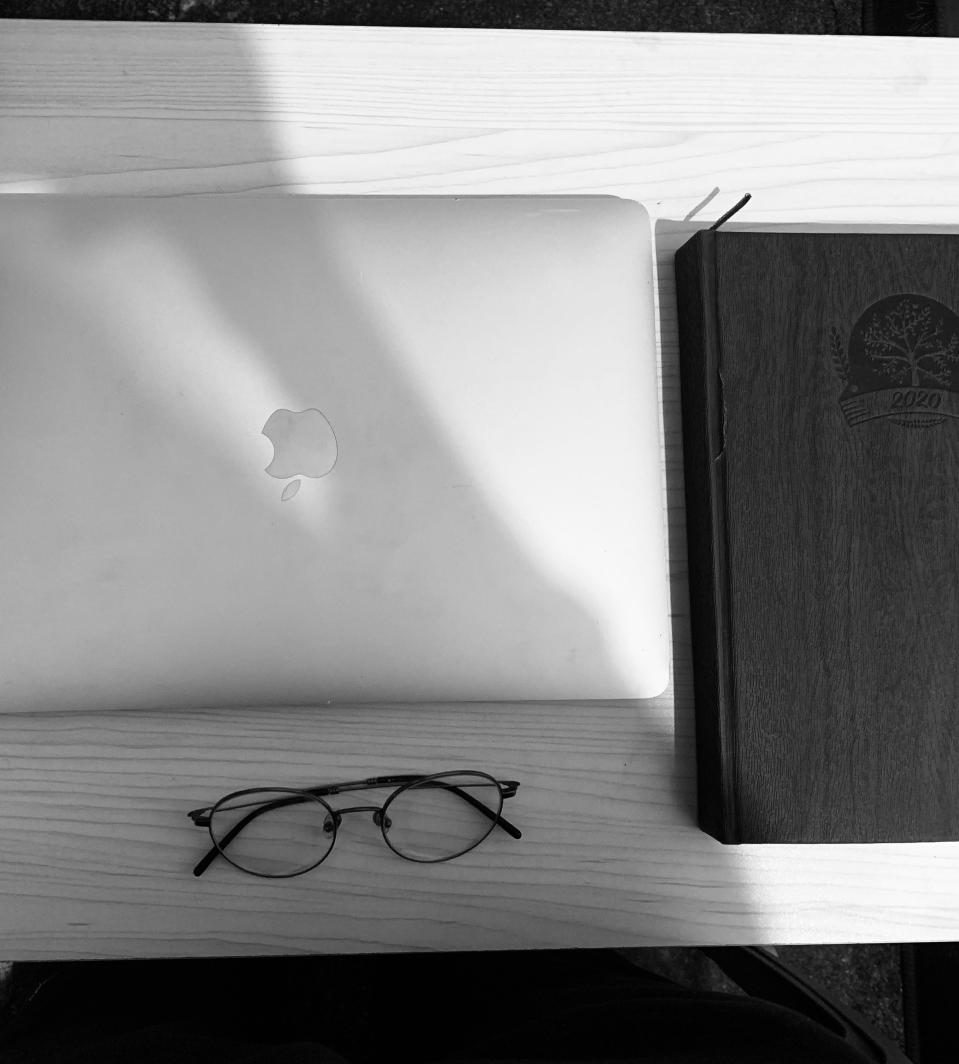 Apple mac+round glasses = Another Steve Jobs in making <em>Photo credit: Karthik B</em>