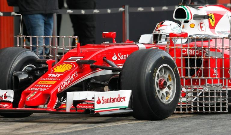 f1 vettel devant hamilton lors des premiers essais de barcelone. Black Bedroom Furniture Sets. Home Design Ideas