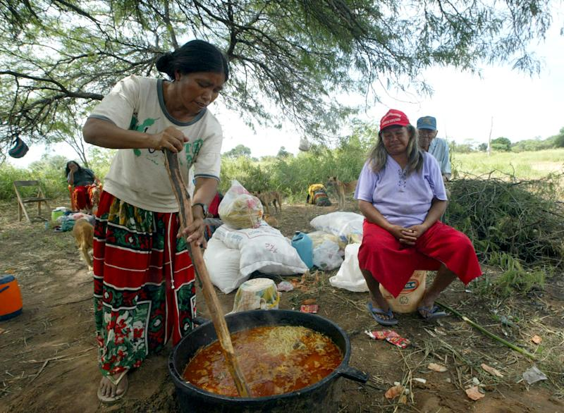 An indigenous woman of the Yave Sanga ethnics cooks on April 2, 2008 in Boqueron, Chaco, 500 kilometres north from Asuncion, Paraguay (AFP Photo/Norberto Duarte)