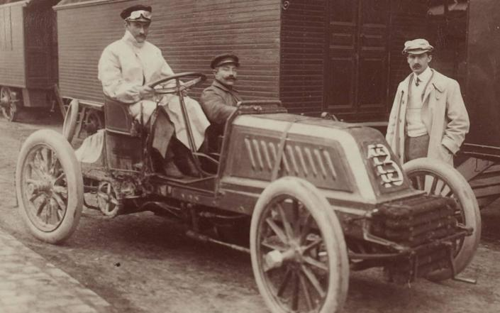 Pierre de Caters and his riding mechanic aboard in Mors ahead of the Circuit des Ardennes race in 1902 - Art Collection 3 / Alamy